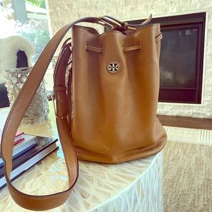 Tory Burch bucket bag in Bark.
